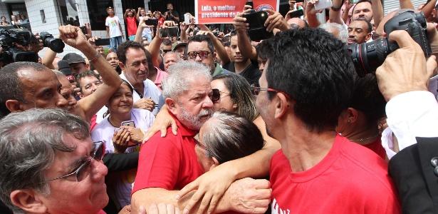 Lula cumprimenta militância que faz vigília em frente a seu prédio - Sérgio Castro/Estadão Conteúdo