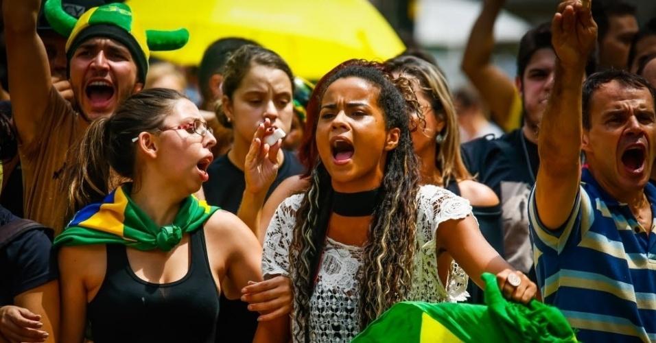 17.mar.2016 - Manifestantes protestam na avenida Paulista, em São Paulo, contra a nomeação do ex-presidente Luiz Inácio Lula da Silva (PT) como ministro da Casa Civil