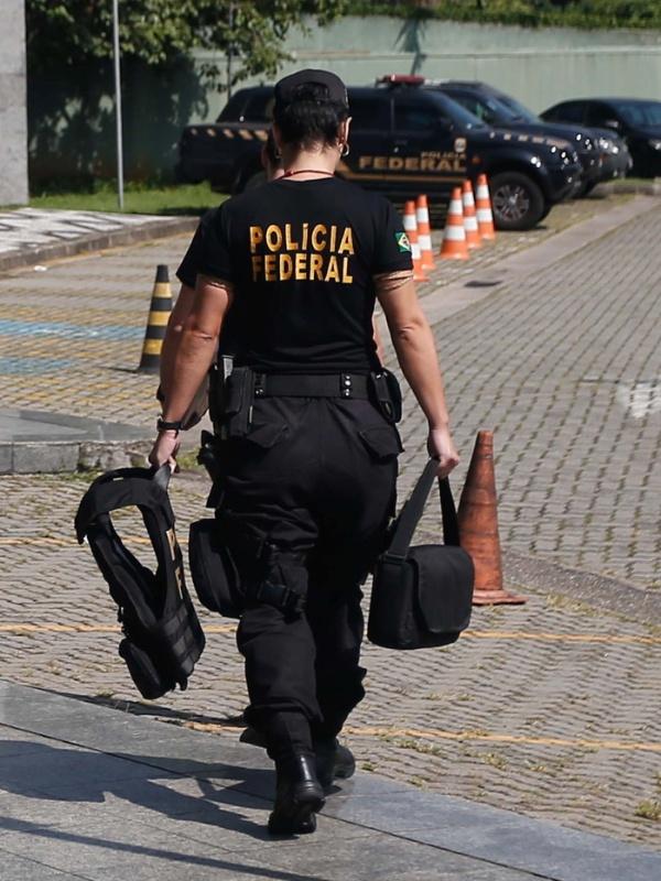 1º.abr.2016 - Agentes da PF chegam com malotes na sede da Polícia Federal, em São Paulo, durante a 27ª fase da Operação Lava Jato. Denominada de Carbono 14, esta fase investiga crimes de extorsão, falsidade ideológica, fraude, corrupção ativa e passiva e lavagem de dinheiro