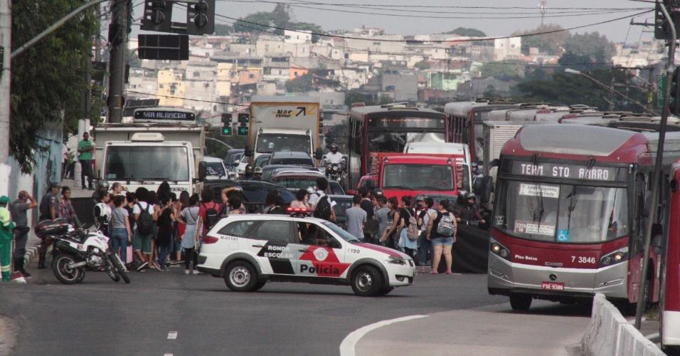 4.abr.2016 - Estudantes realizam protesto contra desvios de verba para a merenda, contra o fechamento de escolas e por melhores condições de educação na Estrada do M'Boi Mirim - seguindo pela Avenida Guarapiranga -, na zona sul de São Paulo