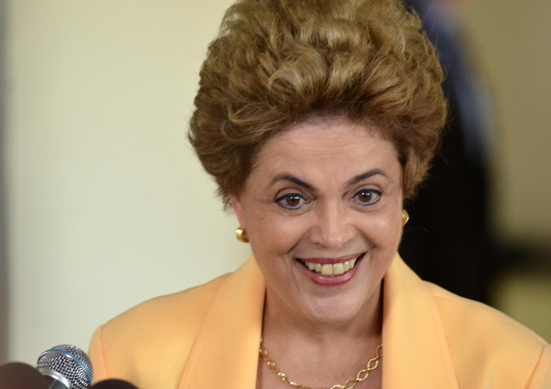 5.abr.2016 - Durante visita à base aérea de Brasília, a presidente Dilma Rousseff afirmou que não deve promover mudanças ministeriais antes da votação de seu processo de impeachment. Ela esteve no local para ver a aeronave KC-390 fabricada pela empresa brasileira Embraer em parceria com a Argentina, Portugal e República Tcheca.