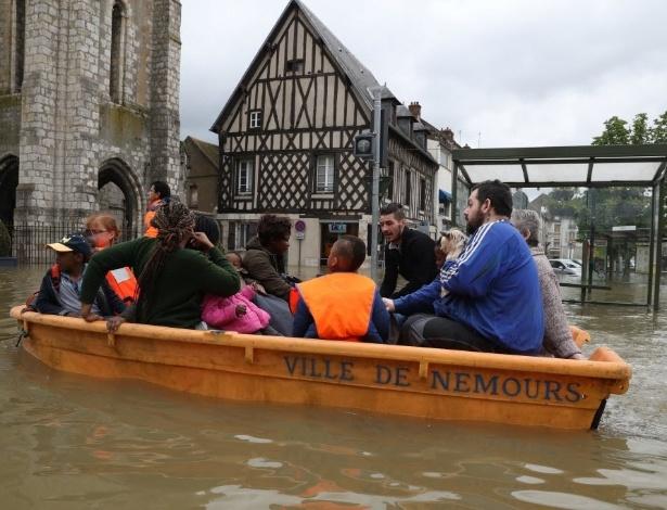 1º.jun.2016 - Barco navega por rua inundada em Nemours (França). Chuvas torrenciais atingiram regiões do norte da Europa, deixando mortos e vários desabrigados