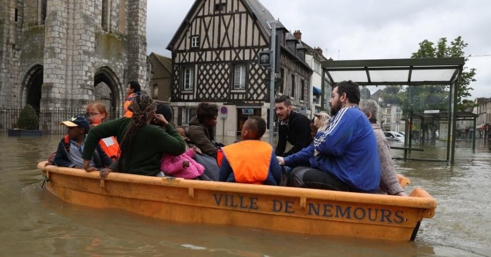 1º.jun.2016 - Pessoas passam de barco por rua inundada em Nemours, na Alemanha. Chuvas torrenciais atingiram regiões do norte da Europa, deixando quatro mortos na Alemanha, rompendo margens do rio Sena, em Paris, e alagando estradas