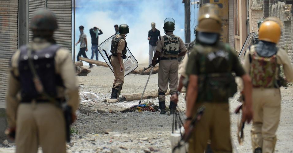 10.jul.2016 - Pelo menos 11 pessoas morreram e outras 200 ficaram feridas nas últimas horas nos confrontos entre manifestantes e policiais no estado de Jammu e Caxemira, disputado pela Índia e pelo Paquistão. As manifestações começaram depois que Burhan Wani, um comandante do Hizbul Mujahideen, maior grupo islâmico da Caxemira, foi morto na sexta-feira (8), junto a outros três extremistas