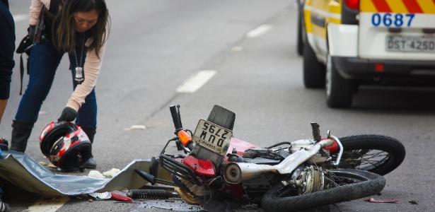 Peritos trabalham em local de acidente entre caminhão e moto na marginal Tietê, em SP