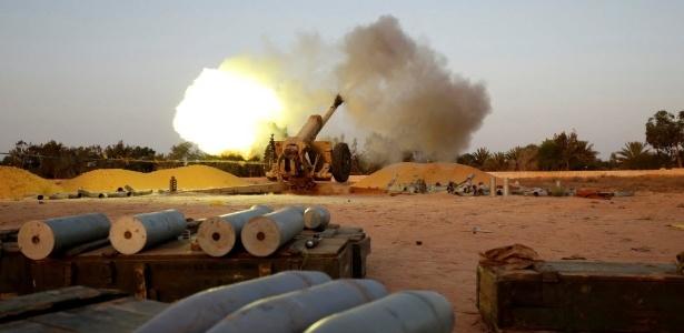 12.jul.2016 - Forças líbias aliadas aos Estados Unidos e apoiados pela artilharia norte-americana atiram contra posições de integrantes do Estado Islâmico, em Sirte, na Líbia