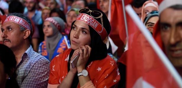 20.jul.2016 - Mulher participa de comício para apoiar o presidente turco, Tayyip Erdogan, em Istambul