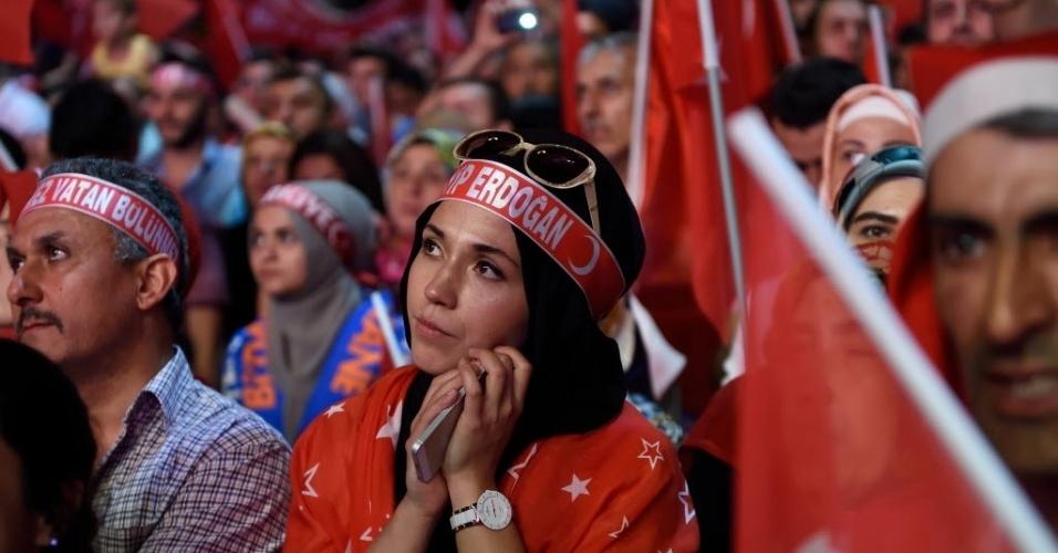 20.jul.2016 - Mulher participa de comício para apoiar o presidente turco, Tayyip Erdogan, em Istambul, na Turquia. Cerca de 50 mil policiais, soldados, juízes, servidores públicos e professores foram suspensos ou detidos desde a tentativa de golpe militar na última sexta-feira (15), o que aumentou as tensões no país de 80 milhões de habitantes