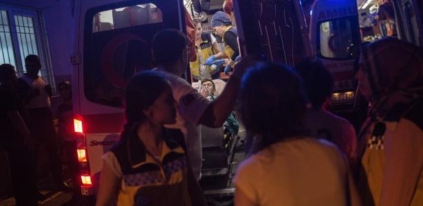 Equipes de resgate socorrem pessoas feridas em atentado em Gaziantep