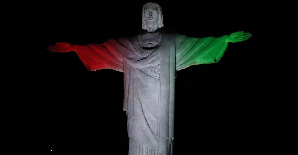 25.ago.2016 -  Estátua do Cristo Redentor, no Rio de Janeiro, é iluminada com as cores da bandeira da Itália em homenagem às vítimas do terremoto