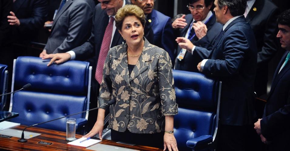 29.ago.2016 - A presidente afastada, Dilma Rousseff, chega ao plenário do Senado, em Brasília, para responder perguntas dos senadores no julgamento do processo de impeachment de seu governo