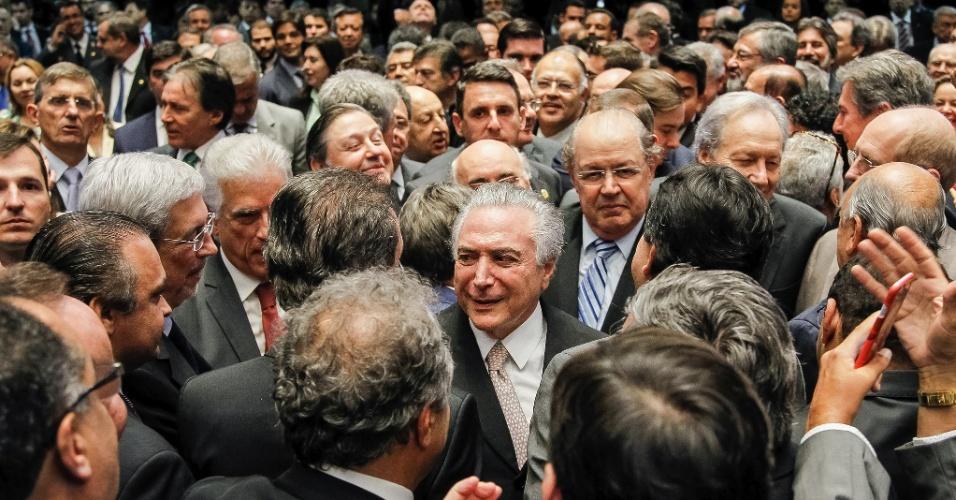 31.ago.2016 - Michel Temer recebe os cumprimentos de políticos durante cerimônia de posse como presidente da República, horas após o afastamento definitivo da presidente Dilma Rousseff