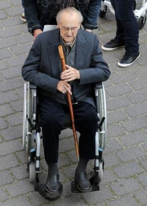O ex-enfermeiro Hubert Zafke, 95, chega para julgamento em Neubrandenburg, na Alemanha