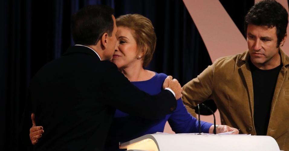 23.set.2016 - Candidato João Doria (PSBD) cumprimenta a candidata Marta Suplicy (PMDB) durante debate realizado por UOL, Folha e SBT