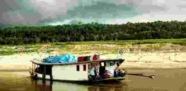 28.set.2016 - Balsas que transportam itens de consumo básicos podem levar mais de um mês entre Ipixuna e Manaus durante a seca - Luke Parry/ Lancaster University/ BBC - Luke Parry/ Lancaster University/ BBC