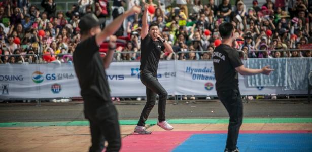 U-Know Yunho (ao centro), um dos mais famosos astros de K-pop da Coreia do Sul, se apresenta em festival militar em Gyeryong