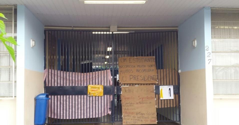 Portão de entrada do Colégio Safel, em Curitiba, onde um adolescente de 16 anos morreu durante ocupação