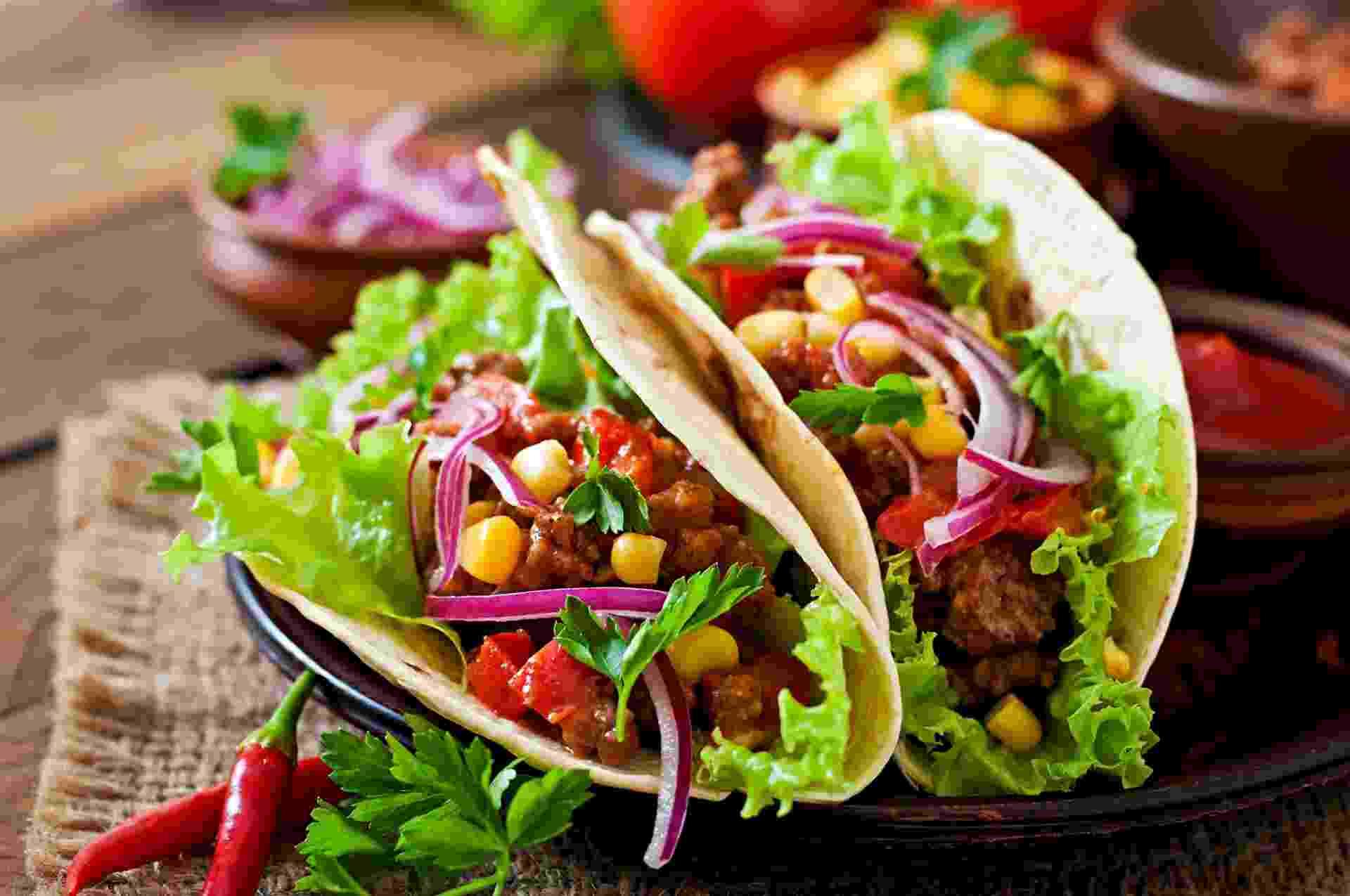 Comida mexicana: taco de carne com legumes e cebola roxa - Elena_Danileiko/iStock