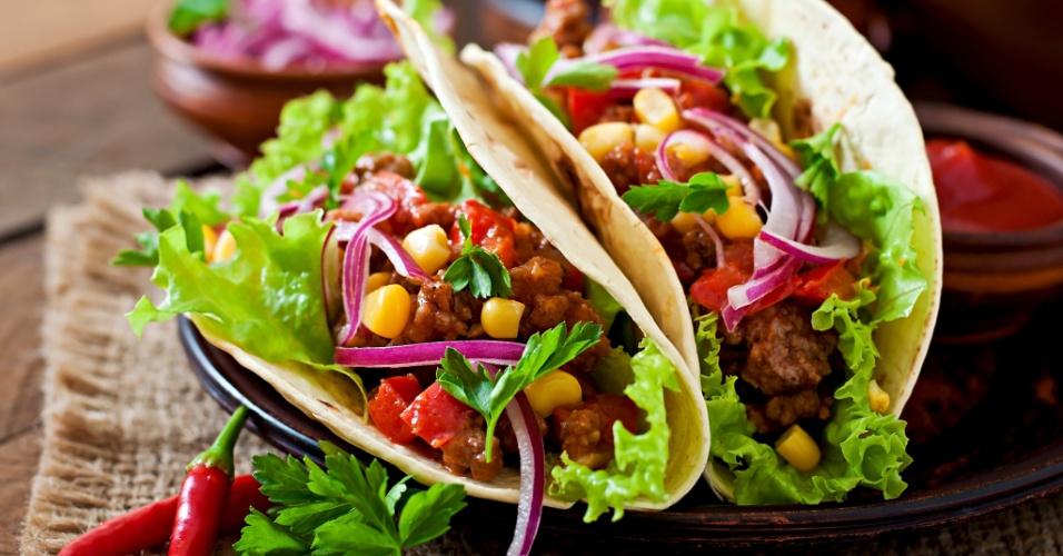 Comida mexicana: taco de carne com legumes e cebola roxa
