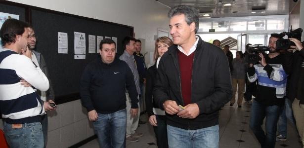 Governador do Paraná, Beto Richa, chega para votar no Colégio Positivo Ambiental, na capital
