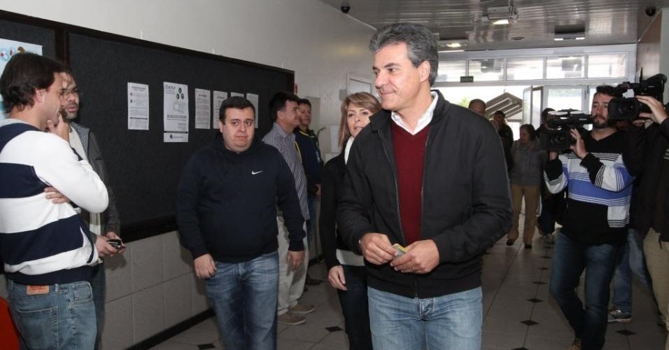 30.out.2016 - Governador do Paraná, Beto Richa chega para votar no Colégio Positivo Ambiental, na capital, no início da tarde deste domingo.