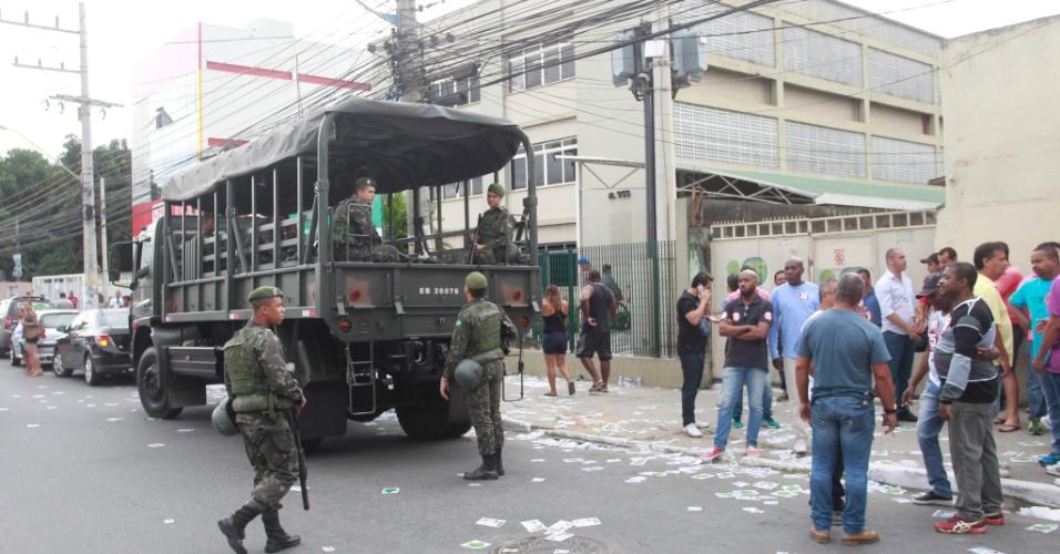 30.out.2016 - Homens do Exército  patrulham ruas de Belford Roxo, na Região Metropolitana do Rio de Janeiro durante o segundo turno das eleições municipais