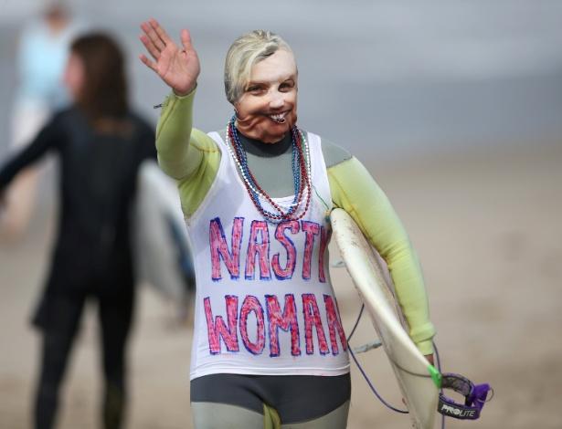 """Surfista Daniela Burza se veste de """"Nasty Woman"""" (Mulher Desagradável), durante competição em Santa Monica, Califórnia"""