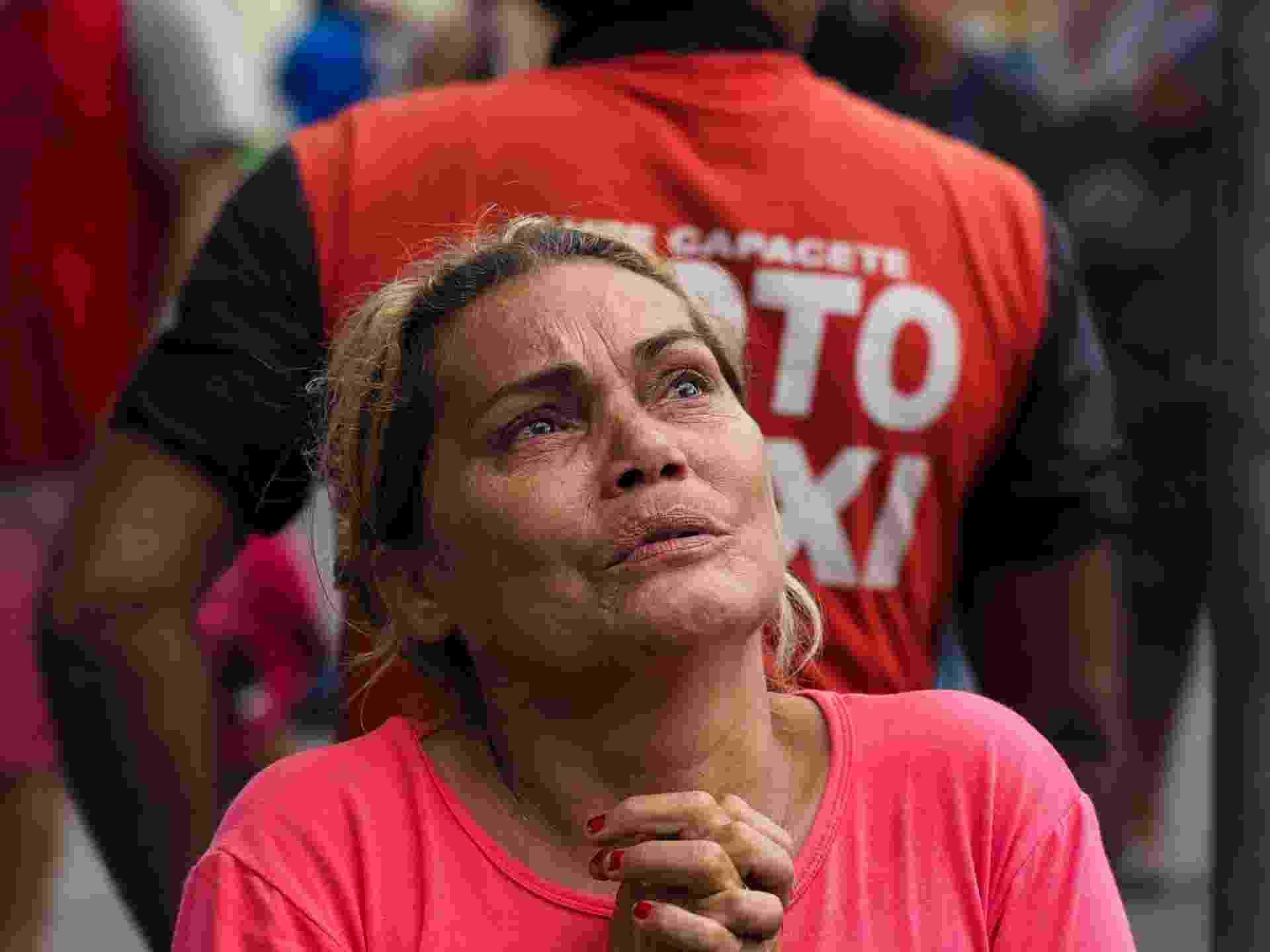 8.jan.2017 - Parente de preso da Cadeia Pública Raimundo Vidal Pessoa dá graças depois de descobrir que seu ente querido não está entre os mortos durante um motim em 8 de janeiro de 2017, em Manaus, estado do Amazonas - Raphael Alves/AFP