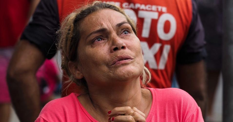 8.jan.2017 - Parente de preso da Cadeia Pública Raimundo Vidal Pessoa dá graças depois de descobrir que seu ente querido não está entre os mortos durante um motim em 8 de janeiro de 2017, em Manaus, estado do Amazonas
