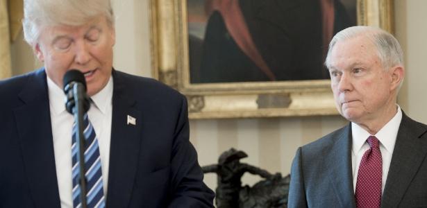 Episódio irá testar a política do presidente Donald Trump (à esq.) e do secretário da Justiça, Jeff Sessions