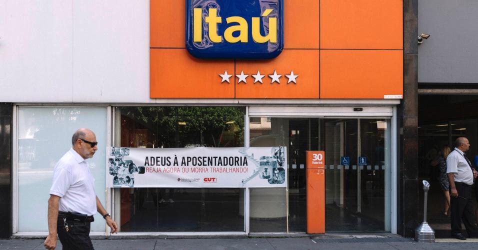 15.mar.2017 - Na avenida Paulista, em São Paulo, bancários também aderiram ao Dia Nacional de Mobilização contra as reformas trabalhista e da Previdência