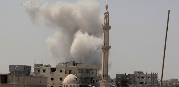 20.ago.2017 - Coluna de fumaça sobe em local de confronto entre forças sírias e do Estado Islâmico em Raqqa, na Síria