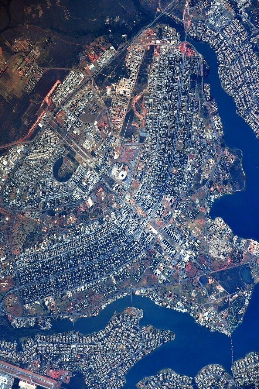 """31.ago.2017 - Uma imagem de Brasília, vista do espaço, foi postada pelo astronauta Sergey Ryazanskiy em sua conta de Instagram. """"A incrível cidade de Brasília. Vista de cima, a parte principal da cidade se assemelha a um avião, não é?"""", escreveu o russo. O registro foi feito a bordo da Estação Espacial Internacional (ISS, na sigla em inglês) na madrugada de 30 de agosto"""