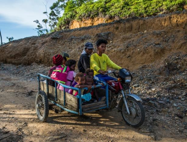 Moradores locais andam em uma estrada de terra que está sendo ampliada, em Divilcan, nas Filipinas
