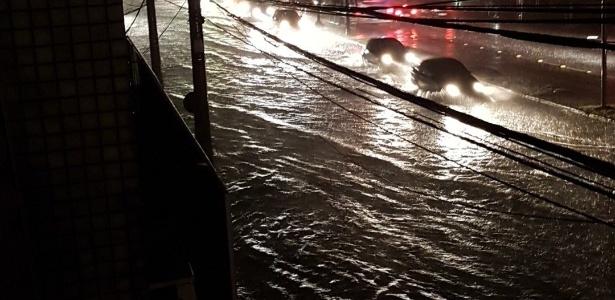 A avenida Assis Brasil ficou alagada na madrugada desta segunda-feira (2) durante temporal que atingiu a capital gaúcha
