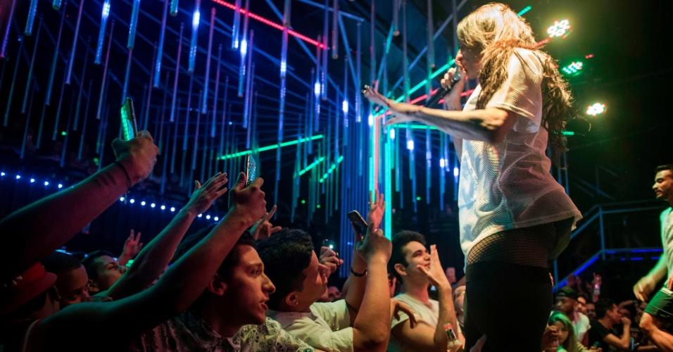 30.jul.2017 - Show da cantora de funk transgênero MC Pepita em clube noturno LGBT no centro do Rio de Janeiro
