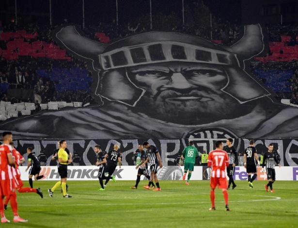 Torcedores do Partizan exibem uma bandeira gigante antes do jogo de futebol do Grupo B da UEFA Europa League entre Partizan Belgrade e KF Skenderbeu no estádio FK Partizan em Belgrado