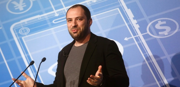 CEO e co-fundador da WhatsApp, Jan Koum, apresenta um discurso no Mobile World Congress em Barcelona