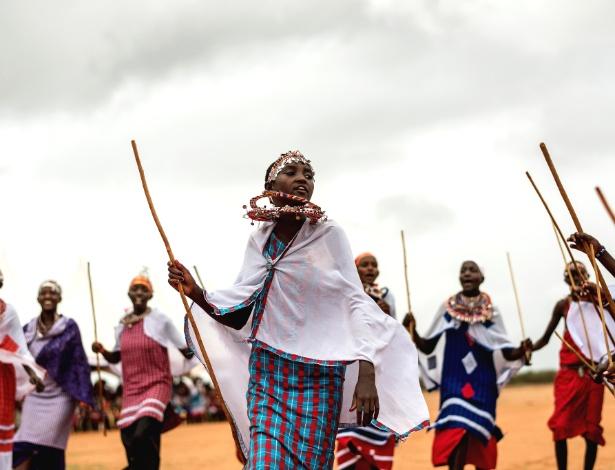 Garotas de tribo massai cantam e dançam em rito de passagem que virou uma alternativa à cerimônia de mutilação genital
