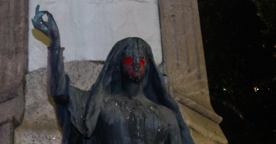 """20.mar.2018 - Estátua """"chora sangue"""" durante ato na Candelária, região central do Rio de Janeiro, que marca o sétimo dia de morte da vereadora Marielle Franco (PSOL) e do seu motorista Anderson Gomes"""