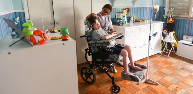 Miguel de Faria Sampaio, 13, recebe atendimento de home care