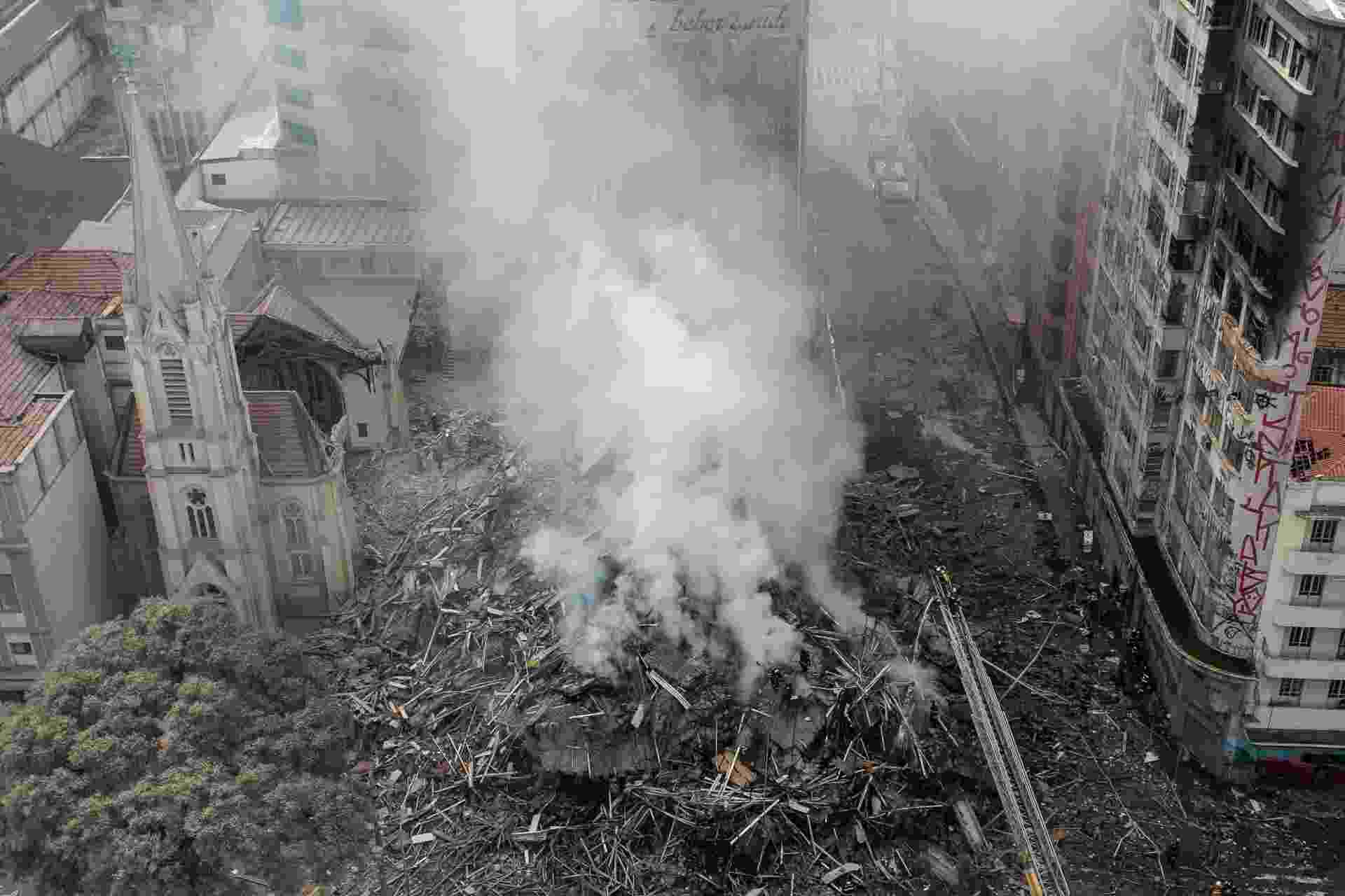 1º.mai.2018 - Foto aérea mostra o raio de destruição provocado pelo desabamento do prédio de 24 andares que pegou fogo no centro de SP - Newton Menezes/Futura Press/Estadão Conteúdo