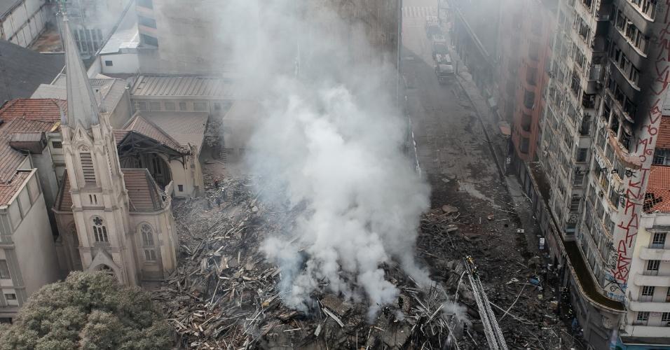 1º.mai.2018 - Foto aérea mostra o raio de destruição provocado pelo desabamento do prédio de 24 andares que pegou fogo no centro de SP
