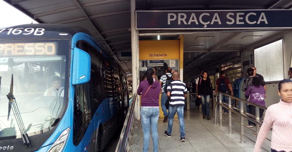 Movimentação de passageiros na estação Praça Seca do BRT, no Rio de Janeiro, na manhã desta quinta-feira (24). As estações do BRT que ficam entre o Fundão e Madureira, na zona norte do Rio, e no eixo da avenida Cesário de Melo, em Campo Grande, na zona oeste, estão fechadas. De acordo com informações do consórcio que administra o transporte, isso ocorre porque apenas metade da frota está circulando - a diminuição ocorre por causa da falta de combustível para abastecer os ônibus