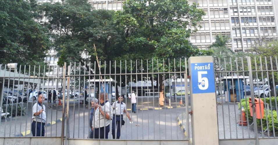 A Universidade do Estado do Rio de Janeiro (Uerj) está fechada devido à greve dos caminhoneiros, no Maracanã, zona norte da cidade, na manhã desta segunda-feira (28). A cidade sofre com a falta de combustíveis por causa da paralisação dos caminhoneiros, que entrou no oitavo dia