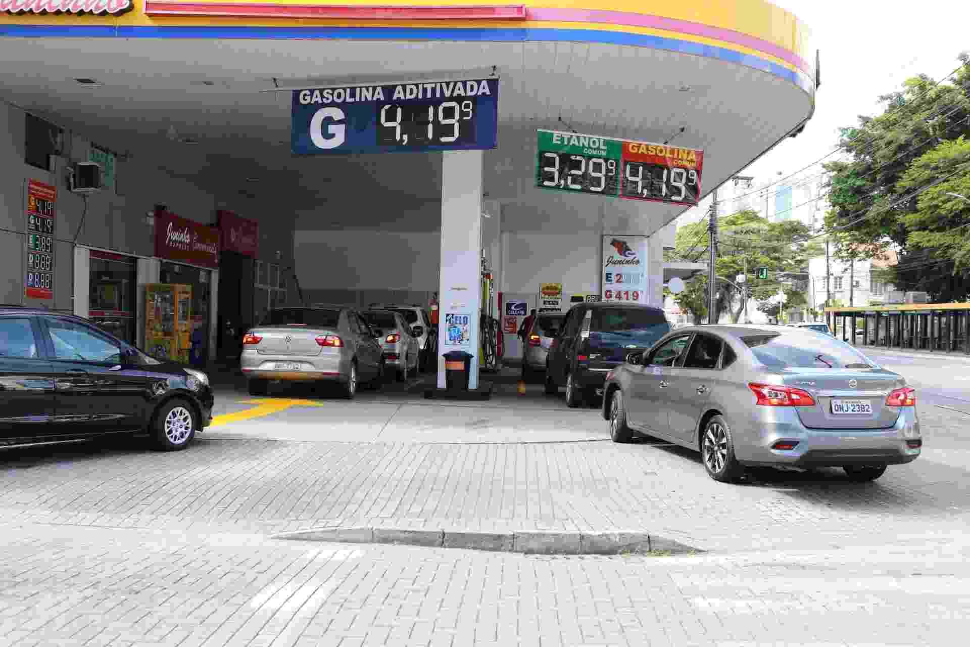 31.mai.2018 - Motoristas abastecem em posto de combustíveis de Blumenau (SC), na manhã desta quinta-feira (31) - Denner Ovido/Futura Press/Estadão Conteúdo