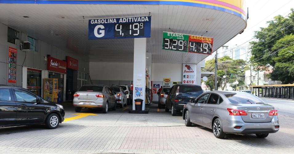 31.mai.2018 - Motoristas abastecem em posto de combustíveis de Blumenau (SC), na manhã desta quinta-feira (31)