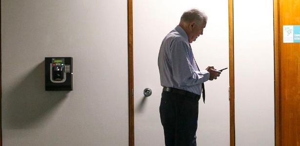 O deputado Nelson Marquezelli (PTB) aguarda enquanto agentes da Polícia Federal realizam buscas em seu gabinete na Câmara dos Deputados - Marcelo Camargo/Agência Brasil