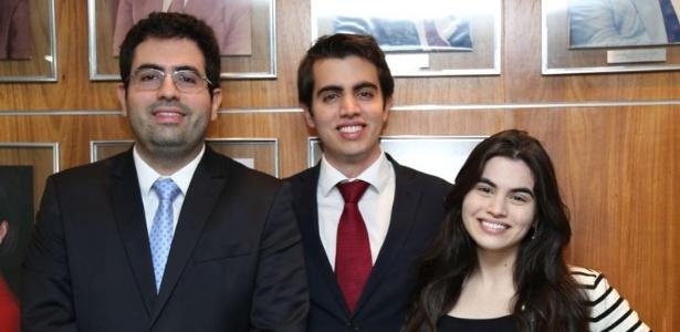 Mateus de Lima Costa Barreto, ao centro da foto, ao lado os irmãos João Neto e Clarissa