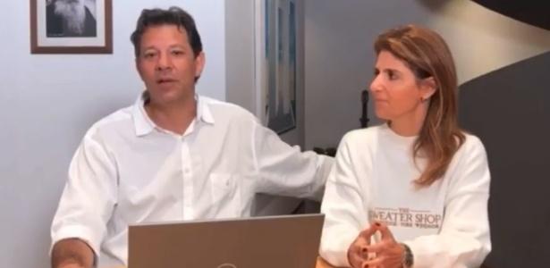 Haddad, com sua mulher, Ana Estela, em transmissão ao vivo no sábado (6)